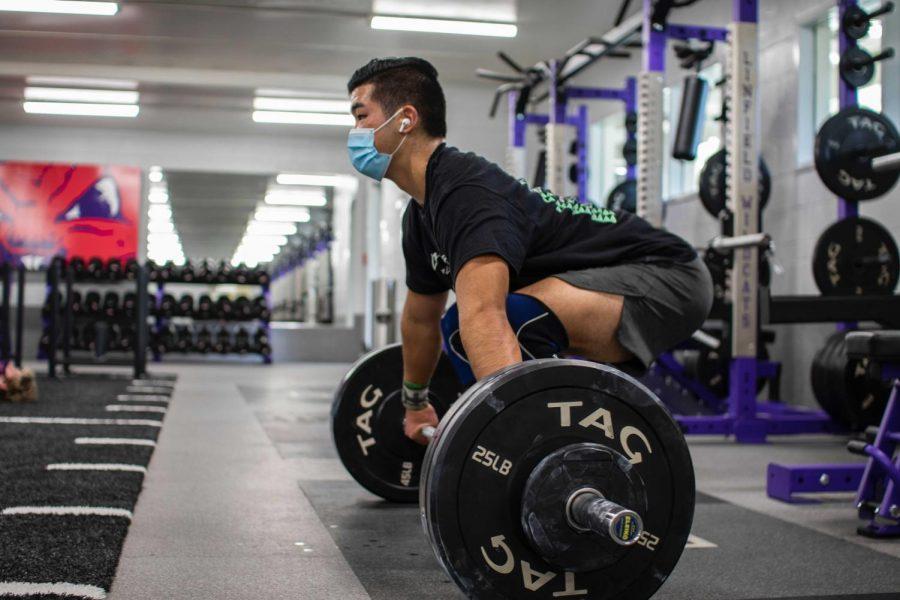 Kaison Uehara prepares to begin his lift.